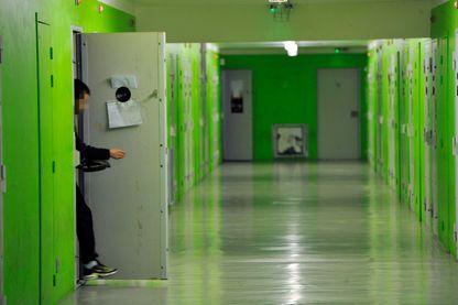"""Photo prise le 26 février 2015 à la prison Pémégnan de Mont-de-Marsan, montrant un détenu sortant de sa cellule dans """"l'unité de respect""""."""