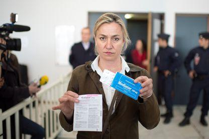 Irene Frachon de l'hôpital de Brest pose avec une boite de Médiator en 2012 avant le procès du Médiator.
