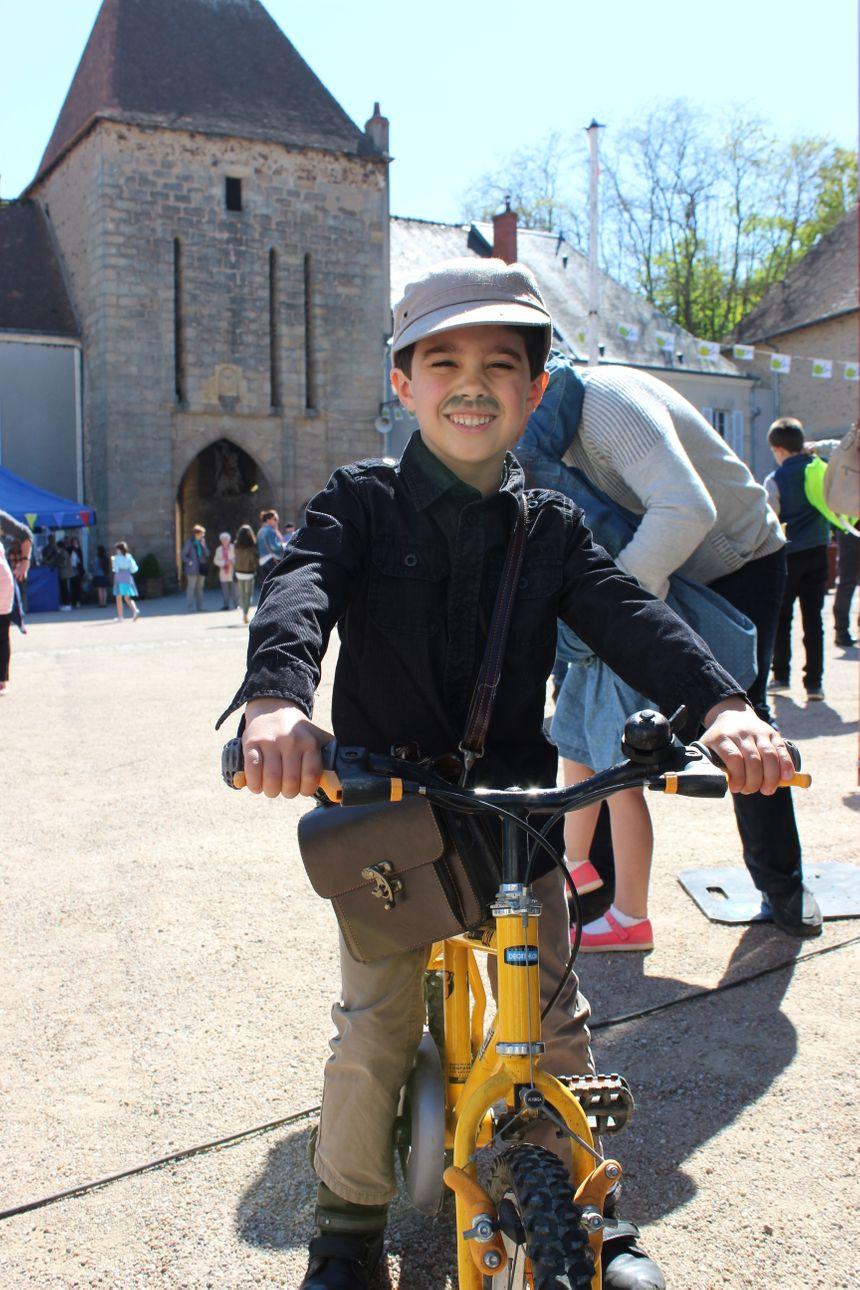 """""""Je m'appelle Eloan, mais aujourd'hui, je suis François""""! Un fan venu de Limoges (à vélo?) tout exprès pour l'occasion"""