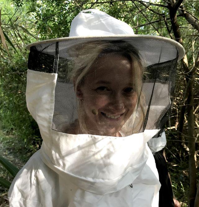 Elvira Masson en visite à la miellerie