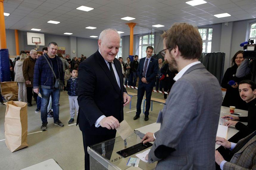 François Asselineau a voté à Paris dimanche matin.