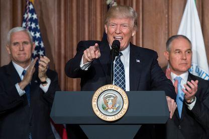 Donald Trump avant de signer à l'agence de protection de l'environnement. Il a décrété la fin de la guerre au charbon