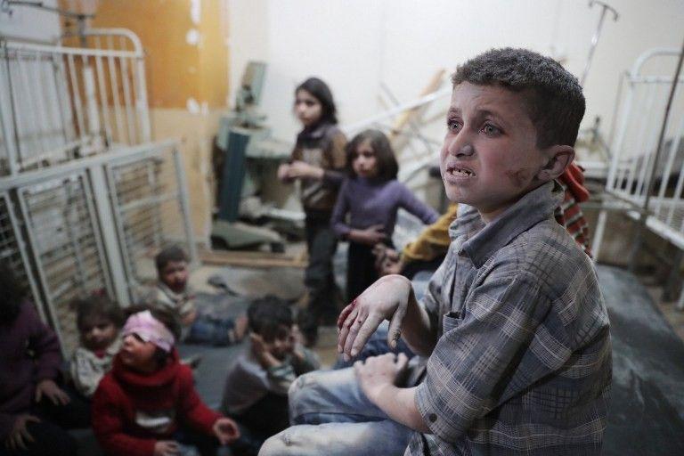 Des enfants victimes de l'attaque chimique de Khan Cheikhoun attendent d'être soignés dans un hôpital de fortune.