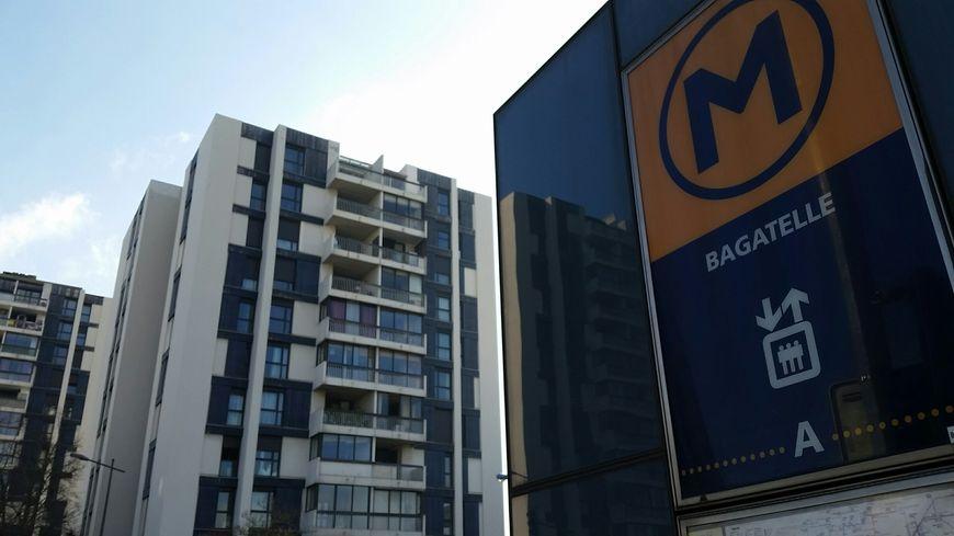 Les immeubles à la sortie du métro Bagatelle
