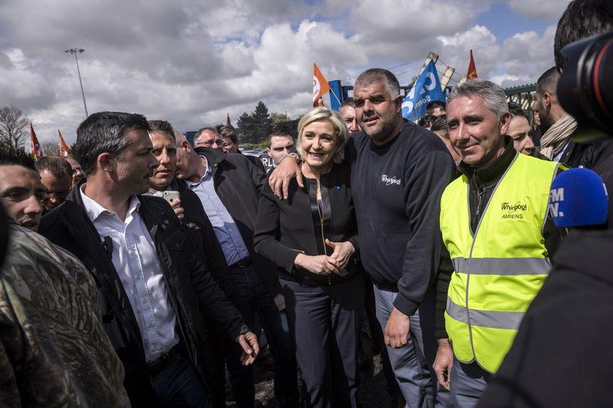 Pendant qu'Emmanuel Macon rencontre une délégation de salariés de Whirlpool, Marine Le Pen arrive sur le site à la surprise générale