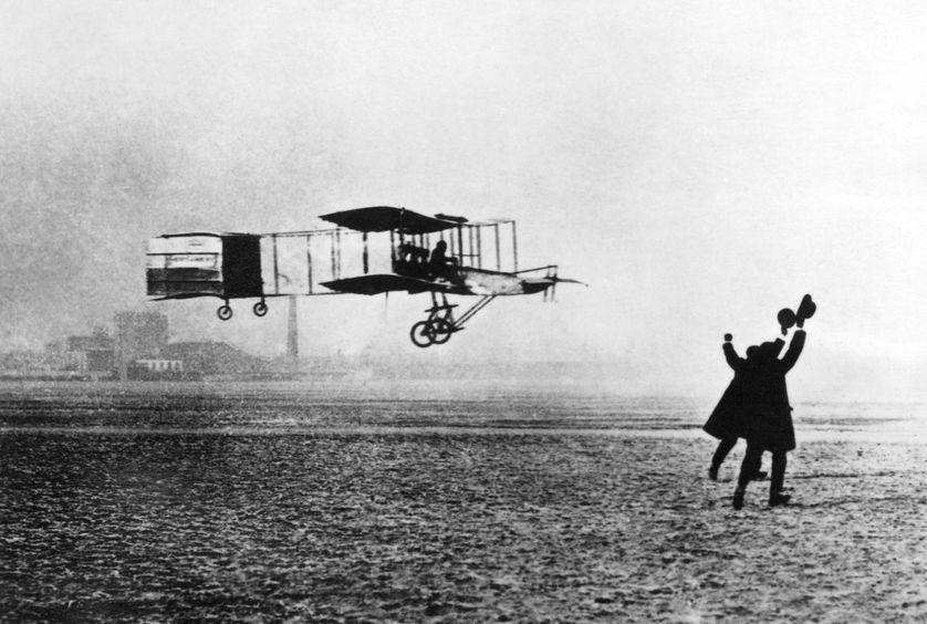 Le 13 janvier 1908, Henri Farman, au contrôle de son biplan Voisin réussit le premier vol de 1 000 mètres, en circuit fermé, au-dessus du champ de manœuvres d'Issy-les-Moulineaux