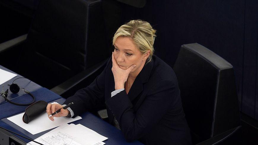 La justice française a demandé la levée de l'immunité de Marine Le Pen, qui refuse de se rendre aux convocations des juges.