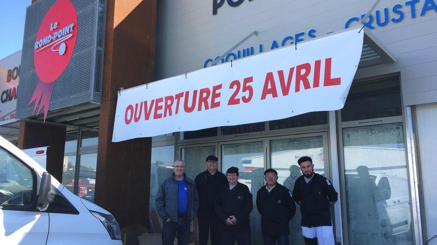 """La devanture du """"Rond-point"""" à Boulazac avec ses quatre bouchers et le patron, Christophe Braire"""