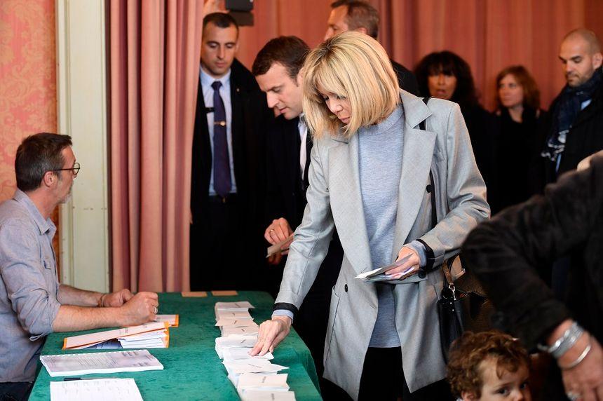 Emmanuel Macron et son épouse ont voté ensemble au Touquet ce dimanche.