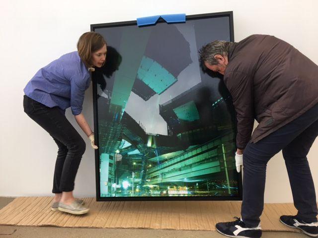 """Leanne Sacramonne et Philippe Séclier pendant le montage de l'exposition """"Autophoto"""" à la fondation Cartier"""