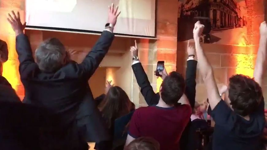 L'euphorie des partisans messins d'Emmanuel Macron à l'annonce des résultats du premier tour à 20h.