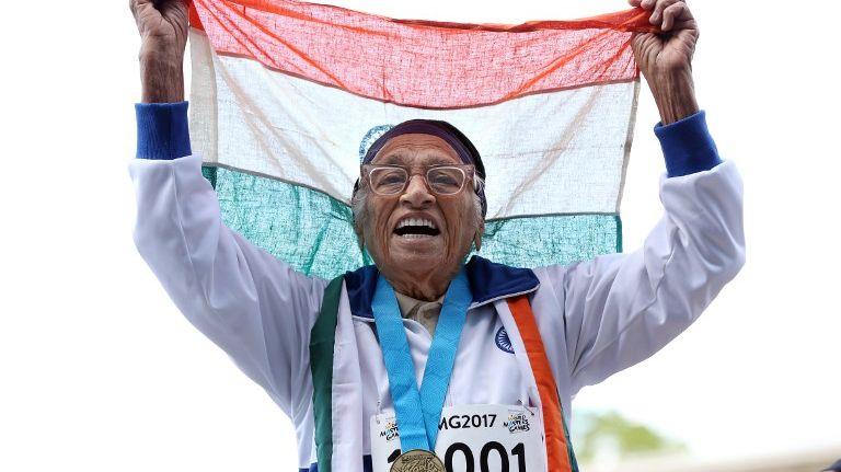 Man Kaur, 101 ans, a improvisé quelques pas de danse après avoir remporté le titre du 100 mètres dans la catégorie des centenaires lors des Jeux mondiaux des maîtres