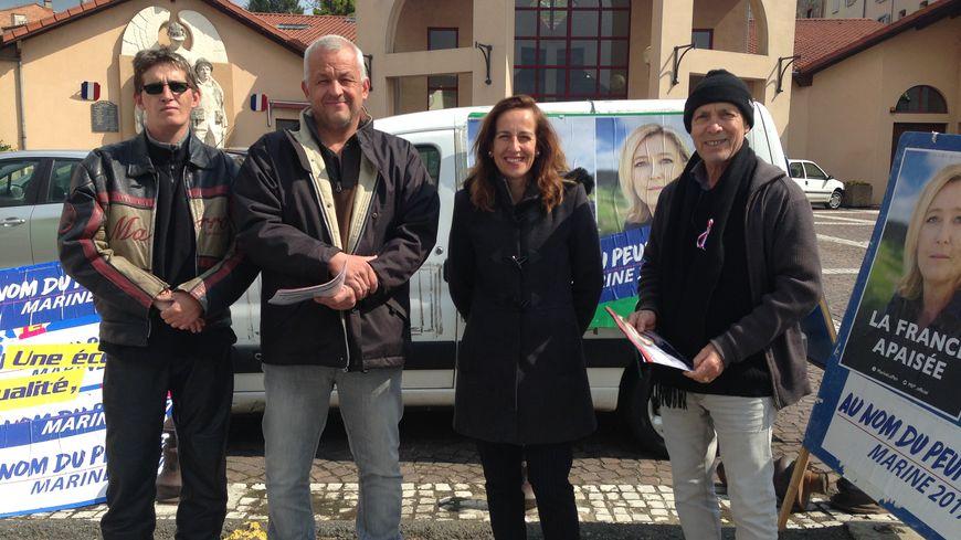 Dans la Loire, les militants Front National sur la place du marché de Boën-sur-Lignon