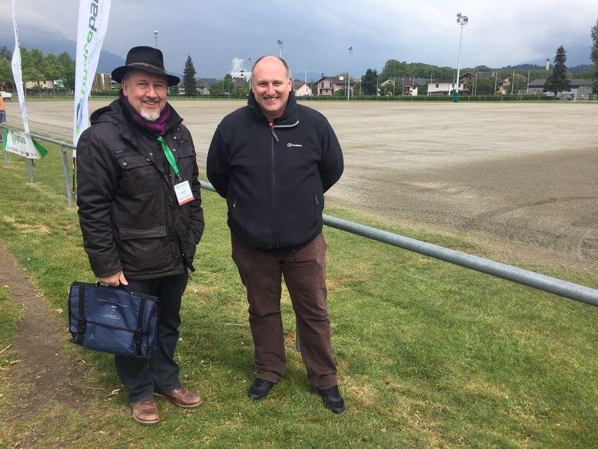Daniel Briant, responsable des espaces verts à Chambéry, et Tony Stones, jardinier du Stade de France.