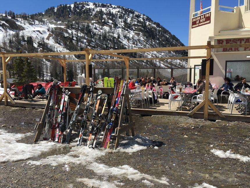 Difficile d'aller déjeuner ou boire un café avec les skis aux pieds !