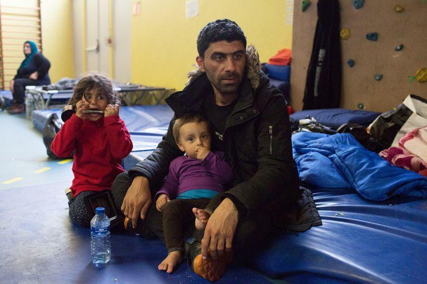 Des migrants ont trouvé un hébergement temporaire dans un gymnase à Grande-Synthe (Nord) après l'incendie qui a ravagé leur camp