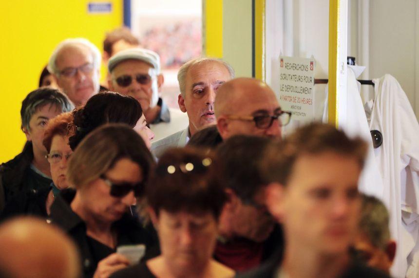 Philippe Poutou a fait la queue avant de déposer son bulletin dans l'urne.