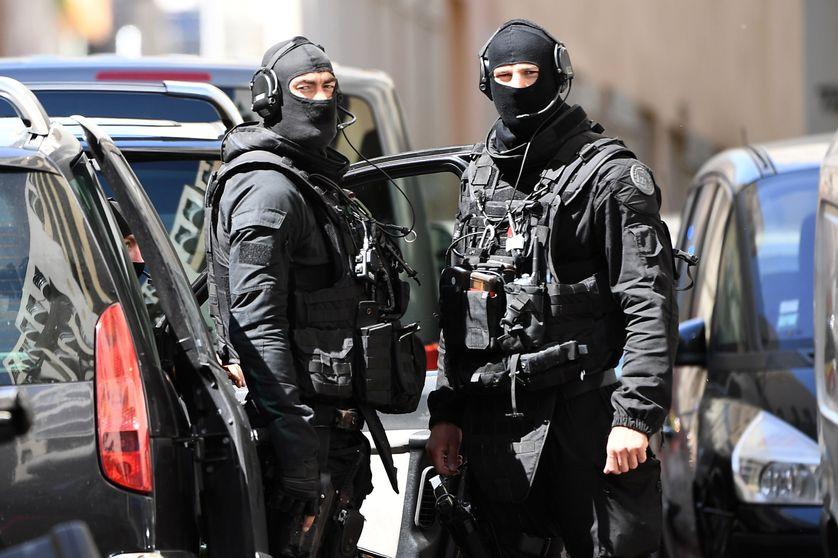 Des membres du Raid lors de la perquisition de l'appartement des deux hommes suspectés de préparer un attentat imminent en pleine campagne présidentielle (Marseille, 18 avril 2017)
