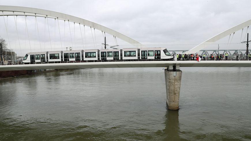 Le tram D sur le pont entre Strasbourg et Kehl.