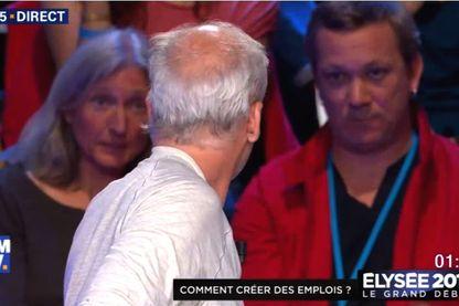 Philippe Poutou (de dos) lors du débat entre les onze candidats