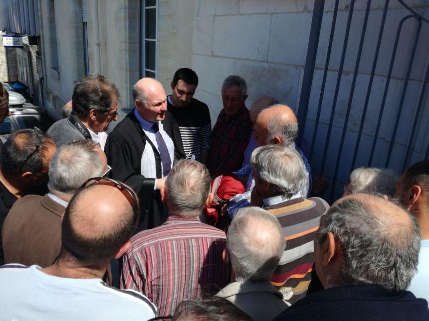 L'avocat Frédéric Dutin en train d'expliquer le jugement aux chasseurs.