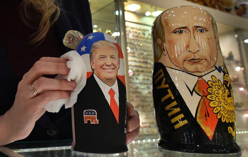 Deux poupées russes traditionnelles (Matryoshka), à l'effigie de Vladimir Poutine et Donald Trump