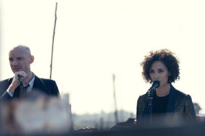 """Gaëtan Roussel et Rachida Braknai (extrait du clip """"Je rêve d'ailleurs"""")"""