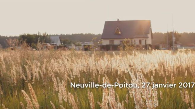 L'indication Neuville de Poitou n'apparaît que quelques secondes à l'écran mais fait la fierté des Neuvillois