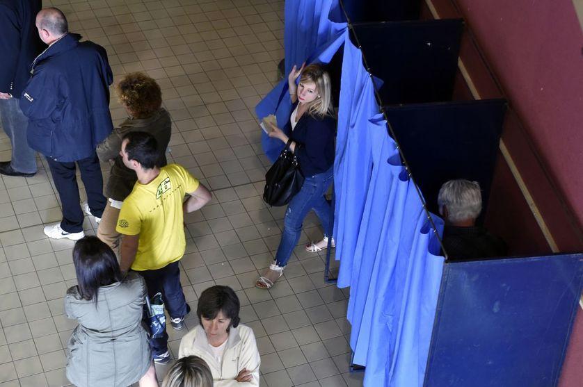 Dans un bureau de vote à Martres-Tolosane (Haute-Garonne)