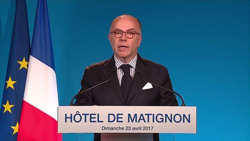 """Le Premier ministre Bernard Cazeneuve appelle à voter Emmanuel Macron pour """"faire échec"""" au """"projet funeste"""" du Front national"""