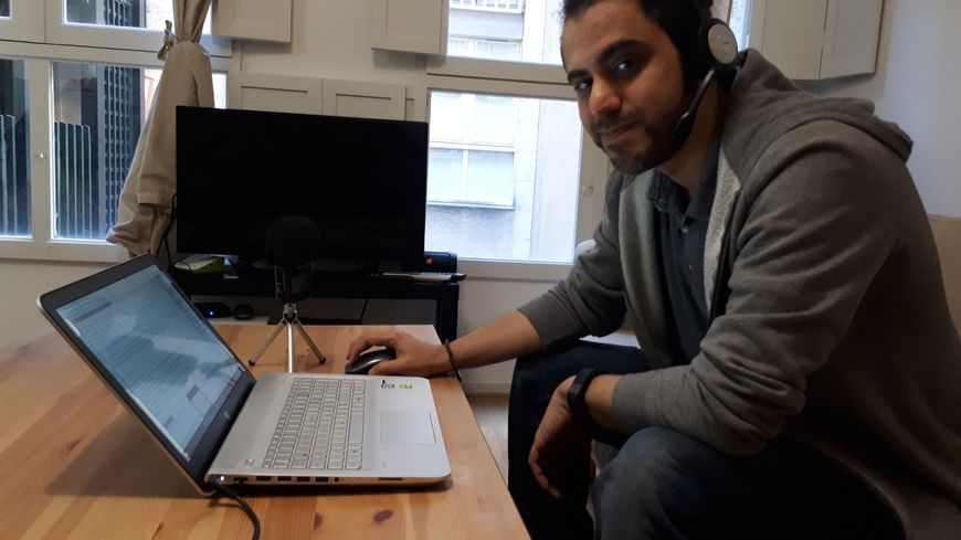 Iyad Kallas émet depuis son appartement à Bordeaux des émissions vers la Syrie.