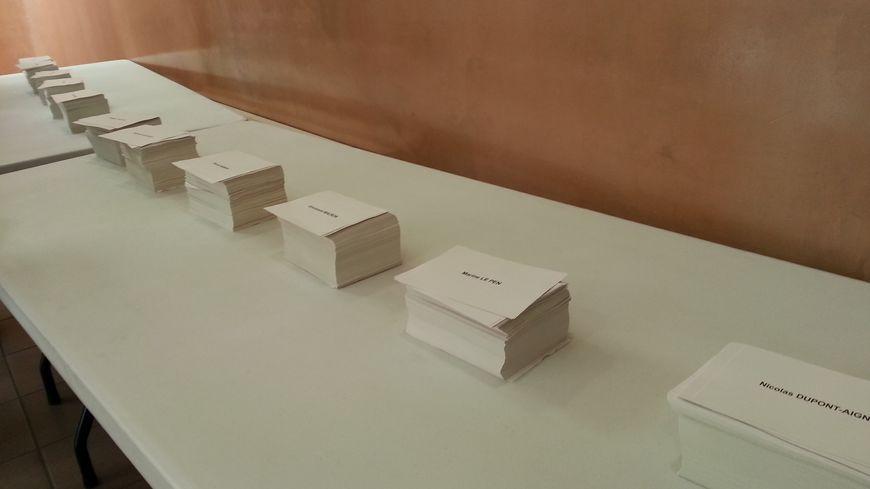 Les piles de bulletins sont constamment remises à niveau par les bénévoles des bureaux de vote, pour ne pas influencer les électeurs.