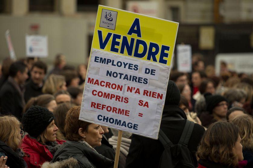 Des notaires manifestent contre la loi Macron qui prévoit de déréglementer la profession
