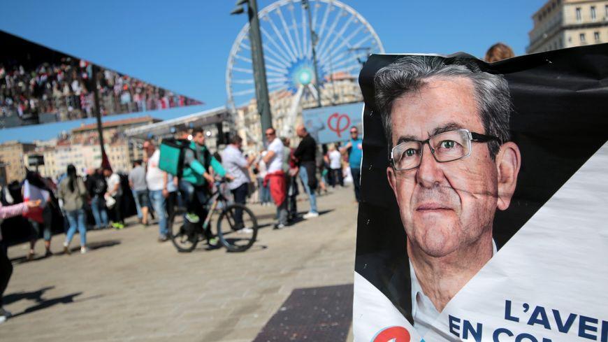 Une affiche de la France Insoumise, lors du meeting de Jean-Luc Mélenchon sur le Vieux-Port de Marseille