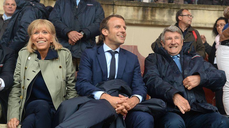 Emmanuel Macron en visite au Puy du Fou en août dernier avec sa femme, Brigitte, et Philippe de Villiers.