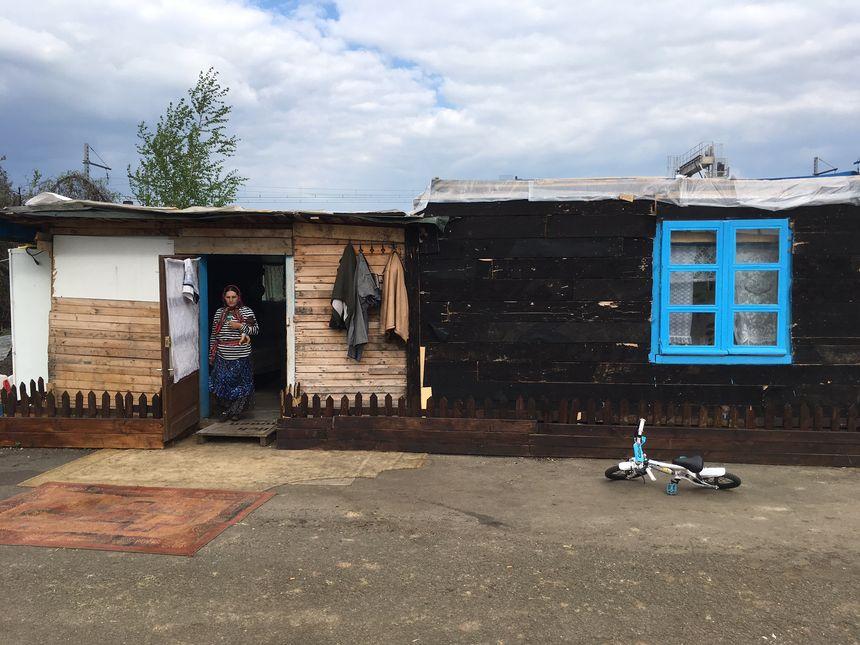 Fabriquée en palettes et matériaux de récupération uniquement, les maisonnettes sont isolées et bien chauffées.