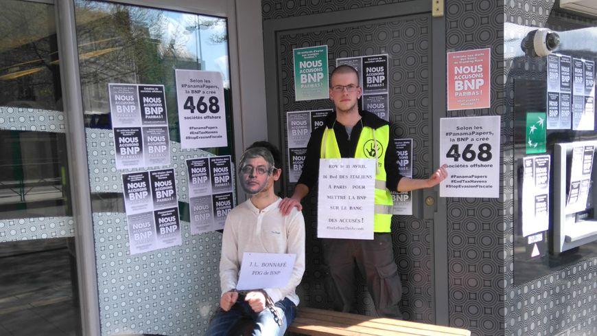 Des militants d'ANV-COP21-Tours