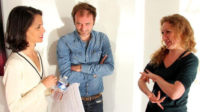 Marion donne un petit cours de LSF à Sophia et Augustin