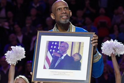 """Le joueur de basketball Kareem Abdul-Jabbar est honoré à la mi-temps lors d'un match universitaire qui opposait """"UCLA Bruins"""" et """"Arizona Wildcats"""" après avoir reçu la Médaille présidentielle de la liberté, du président Obama, le 21 janvier 2017"""