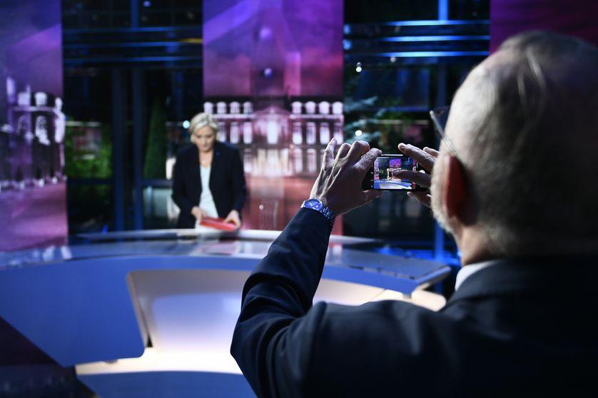 La candidate du Front national, prise en photo par l'un de ses soutiens, mardi 25 avril sur le plateau de TF1.