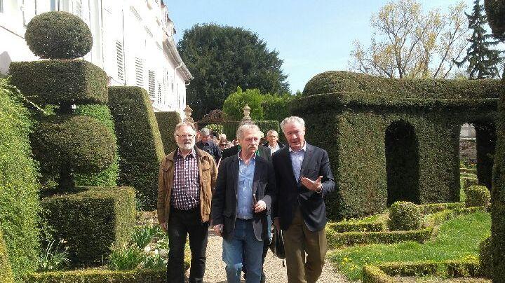 José Bové (au centre) dans les jardins du château de Kolbsheim.