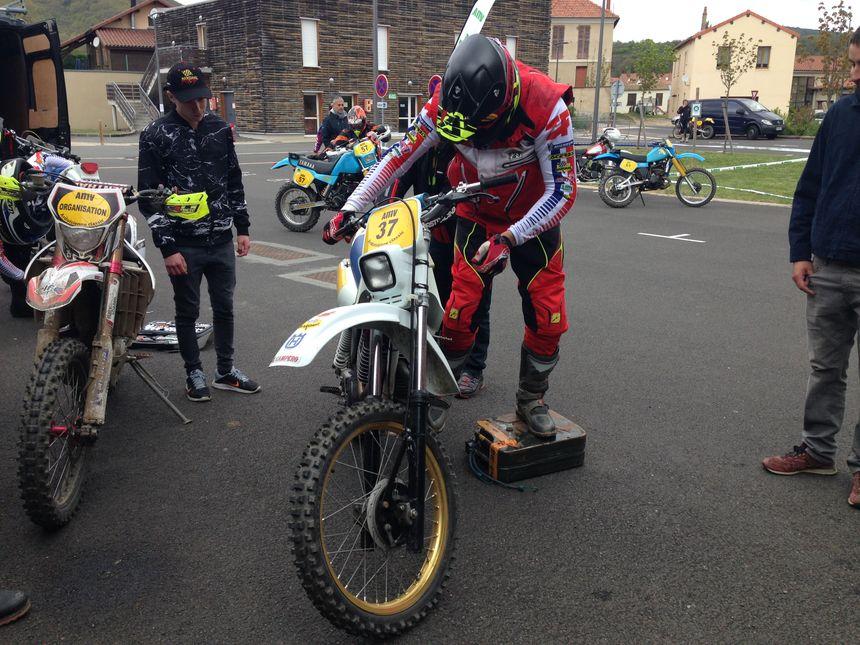 Thierry Charbonnier en train de grimper sur sa moto