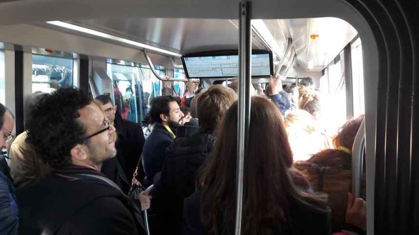 Une rame de tram bondée pour le voyage inaugural entre Strasbourg et Kehl, le 28 avril 2017