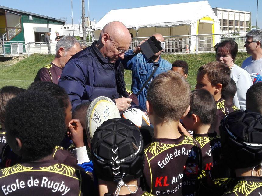 Bernard Laporte a signé quelques autographes aux joueurs de l'école de rugby