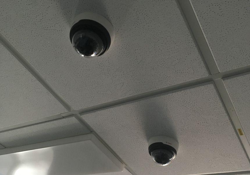 Les caméras ont été installées au-dessus des lits des nourrissons.