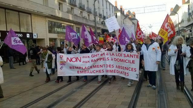 Lors d'une manifestation contre le plan de réorganisation à Tours, le 6 décembre