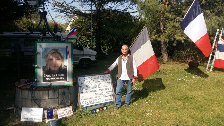 Daniel Sabatier a même fait dédicacer l'affiche de 2012 par Marine Le Pen.