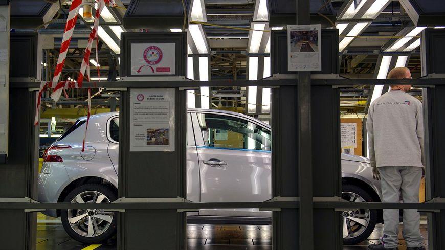 Un employé travaille sur la chaîne de fabrication de la 308 à Sochaux.