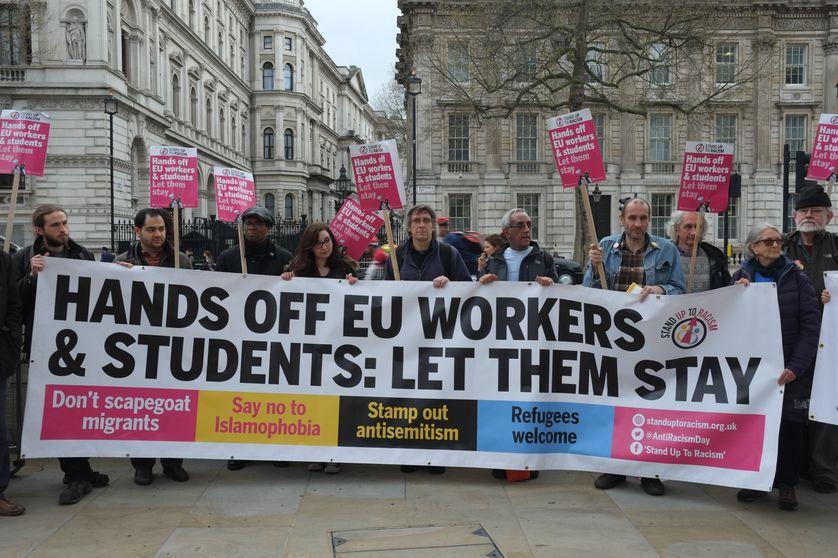 """""""Les travailleurs et les étudiants européens doivent rester"""", dit en substance cette bannière des anti-Brexit lors d'une manifestation fin mars à Londres"""