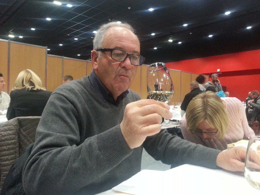 Le jury examine avec attention le vin